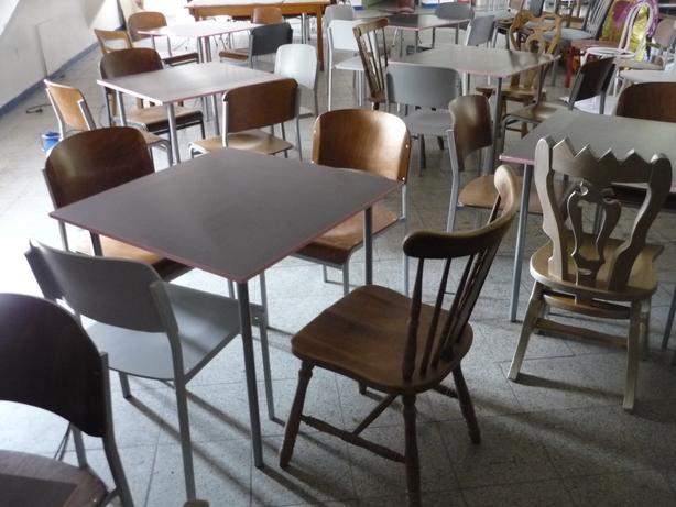 Stühle aus unterschiedlichen Epochen prügen das Gesicht des Hangar.
