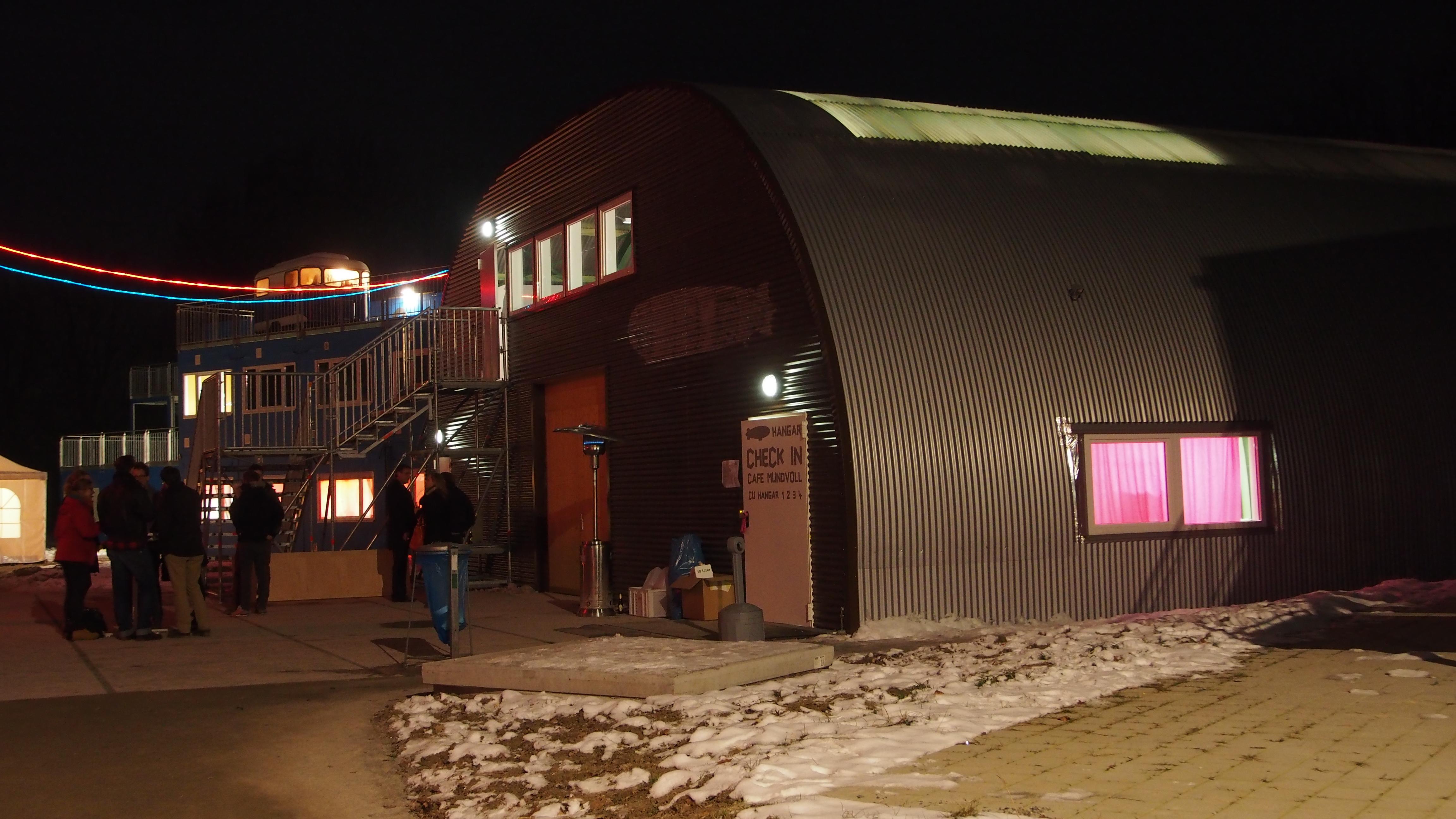Hangar bei Nacht